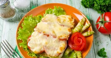 Судак, запечённый с сыром и помидорами