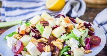Французский салат с виноградом и грушей