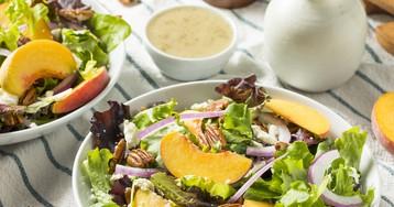 Салат с персиками, грецкими орехами и сыром