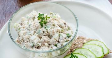 Салат с консервированным тунцом, яйцами и огурцом