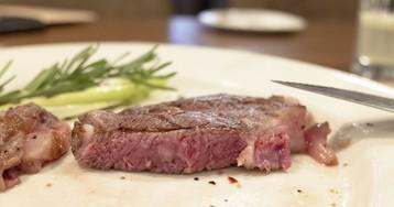 Зачем резать стейк пополам в ресторане