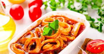 Кальмары в остром томатном соусе – отличная закуска!