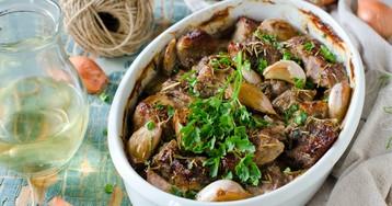 Свинина в луковом маринаде, запеченная с чесноком