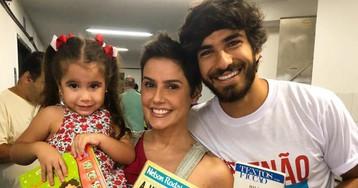 No dia da eleição, famosos levam livros para as urnas contra Bolsonaro