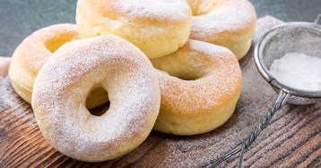Домашние донатсы в сахарной пудре