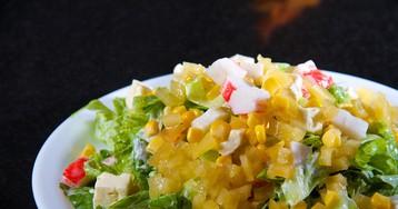 Ананасовый салат с крабовыми палочками и сыром фета
