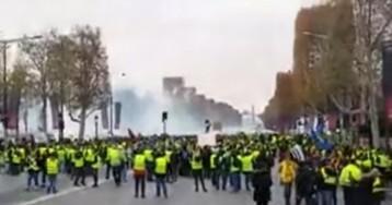 """В Париже """"желтые жилеты"""" атаковали полицию, применен слезоточивый газ"""