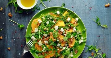 Аппетитный салат с рукколой, фетой и хурмой