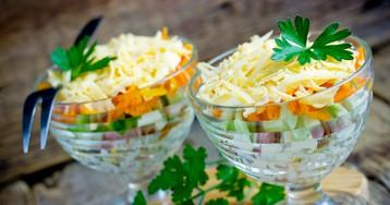 Слоёный салат с копчёной курицей и морковью по-корейски