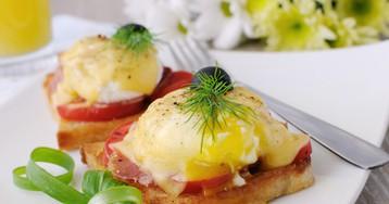 Яйца по‑бенедиктински с ветчиной и помидорами