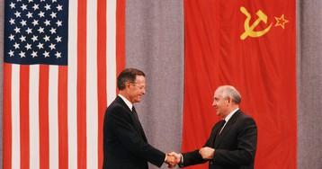 Хоронил генсеков, но хотел сохранить СССР. Кем был Буш-старший?
