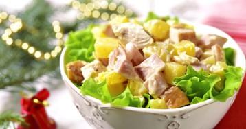 """Салат """"Гавайский"""" с копчёной курицей, сыром и ананасами"""