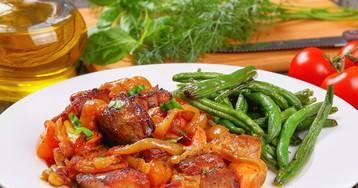 Свинина с луком и морковью под соевым соусом