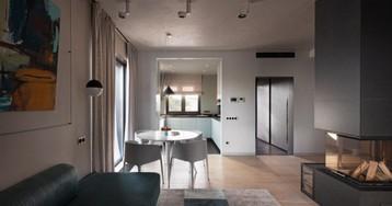 Дизайн двухэтажного дома с кухней-гостиной и камином