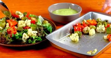 Теплый салат с запеченными овощами и соусом из авокадо: видео рецепт