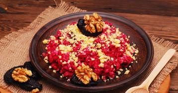 Аппетитный салат с черносливом, свёклой, орехами и чесноком