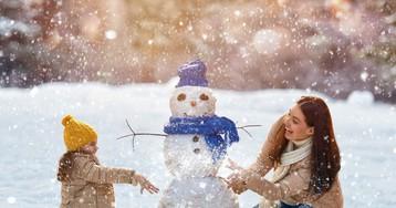 Малыш на зимней прогулке: как понять, что он замерз?
