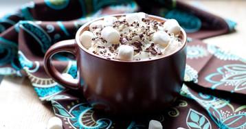 Густой горячий шоколад с зефиром и взбитыми сливками