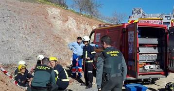 Hallada una bolsa de chucherías en un tapón de tierra del pozo de Málaga donde cayó un niño