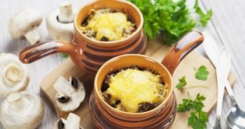 Картофель с грибами и сыром в горшочках
