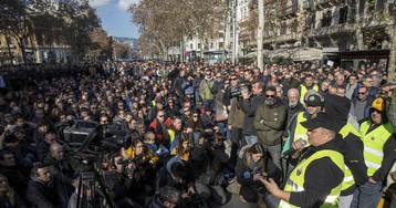 Taxistas y Govern se reúnen tras horas de tensión en el centro de Barcelona