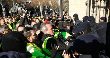 Los taxistas de Barcelona cortan la Ronda Litoral y entran en el puerto