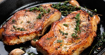 Свиной стейк с травами и чесноком на сковороде