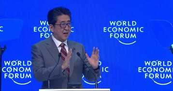 Japan's Abe Delivers Speech on Economy, Free Trade in Davos