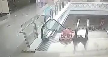 Un bebé de nueve meses cae por unas escaleras mecánicas en China