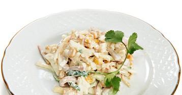 Салат из кальмаров с яблоком и кукурузой
