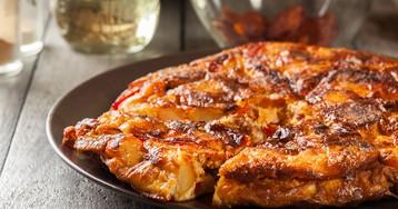 Запеченный омлет с колбасой, паприкой и сыром