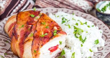 Куриное филе с сыром и помидорами в беконе