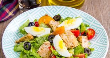 Салат с курицей, маслинами и овощами