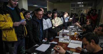 La votación para desconvocar la huelga de taxis, en imágenes