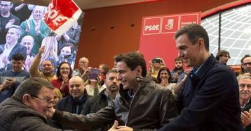 """Sánchez acusa a """"las tres derechas"""" de """"liderar la crispación"""" y """"dividir"""" a los españoles"""