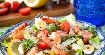 Салат с креветками, помидорами черри и пармезаном