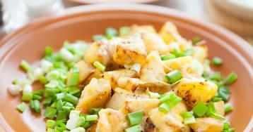Жареная картошка с корочкой сыра и зеленым луком