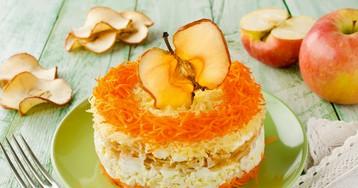 Слоёный салат с морковью, яблоком, яйцами и сыром