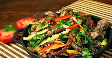 Жареная куриная печень с овощами