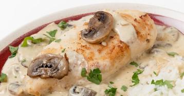 Нежнейшая куриная грудка в сливочно-грибном соусе