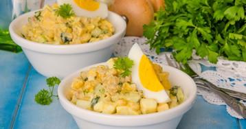 Салат с печенью трески, сыром и кукурузой