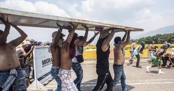El caos se apodera de la frontera: gases y balas para frenar la ayuda