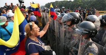 Venezuela: Four dead and hundreds injured in border clashes – video report