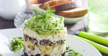 Слоёный салат с черносливом, курицей и грибами