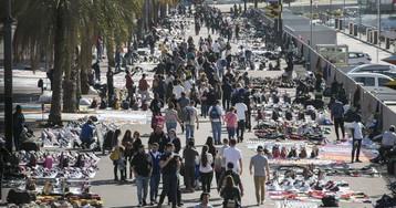 Los manteros de plaza Catalunya se distribuyen por toda la ciudad durante el MWC
