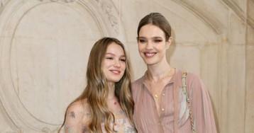 Водянова пришла на показ Dior с младшей сестрой