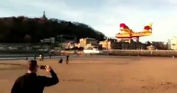 Un hidroavión desconcierta San Sebastián al volar a muy baja altura y cargar agua en la bahía de La Concha