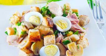 Салат с копчёной курицей, грибами и гренками