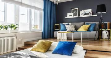 Маленькая квартира с кроватью в подиуме и кабинетом на балконе