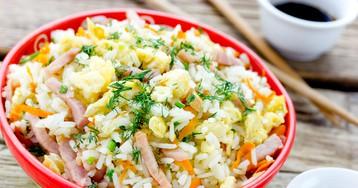 Жареный рис по-тайски с яйцами и ветчиной